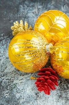 Widok z dołu bombki choinkowe ozdoby świąteczne na szarym tle