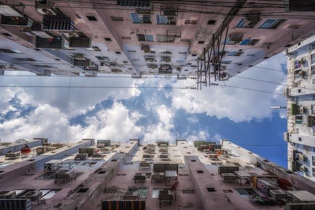 Widok z dołu budynków miasta w ciągu dnia.