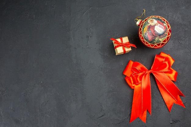 Widok z dołu czerwona kokardka ozdoby świąteczne na beżowym tle