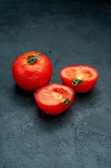 Widok z dołu czerwone pomidory przecięte na pół na czarnym stole do kopiowania