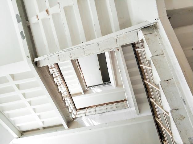 Widok z dołu klatki schodowej wysokiego budynku