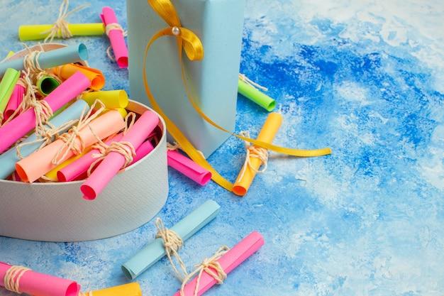 Widok z dołu koncepcja walentynki przewiń życzeń papiery w pudełku w kształcie serca prezenty na niebieskim tle wolne miejsce