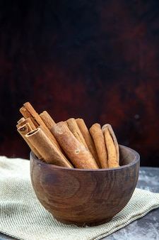 Widok z dołu laski cynamonu w drewnianej misce na wolnym miejscu na stole