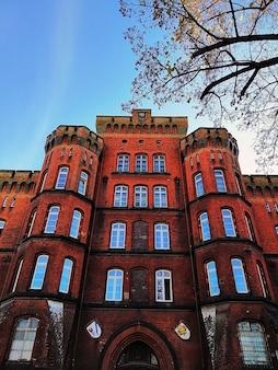 Widok z dołu na budynek z czerwonej cegły w stargardzie, polska.