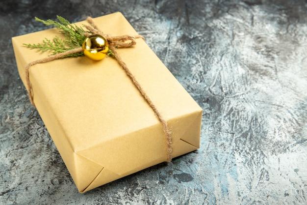 Widok z dołu na prezent świąteczny na szarej przestrzeni kopii