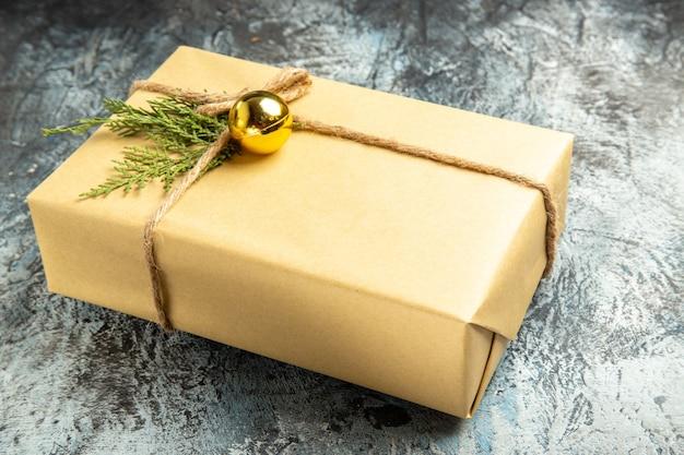 Widok z dołu na prezent świąteczny na szaro