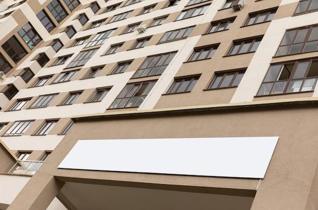 Widok z dołu nowoczesnej europejskiej dzielnicy mieszkalnej z beżowymi ścianami