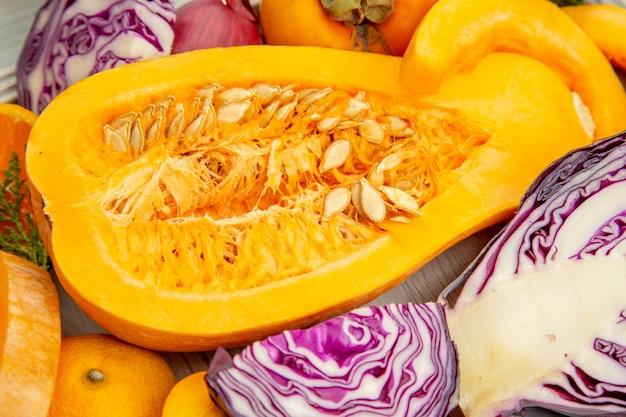 Widok z dołu pół dyni piżmowej persimmons z czerwonej kapusty