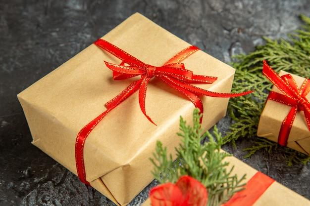 Widok z dołu prezent świąteczny małe prezenty gałąź sosny na szarym tle