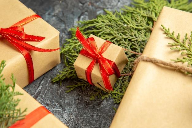 Widok z dołu prezent świąteczny małe prezenty gałęzie sosny na szarym tle