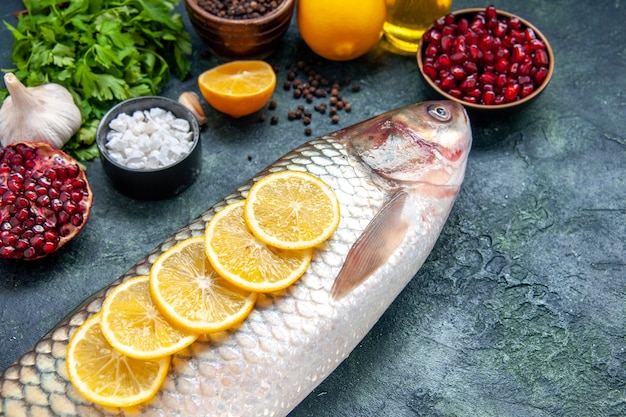 Widok z dołu świeża ryba z plasterkami cytryny na stole kuchennym