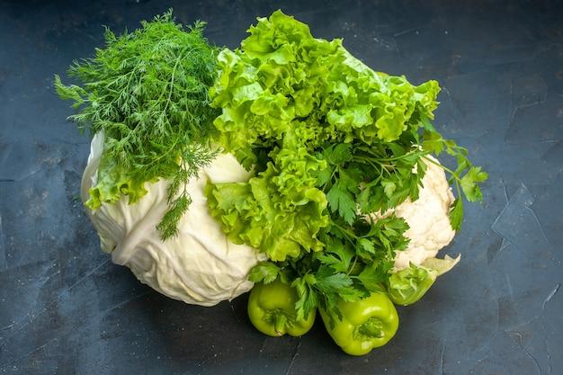 Widok z dołu świeże warzywa kapusta pietruszka papryka sałata koperek