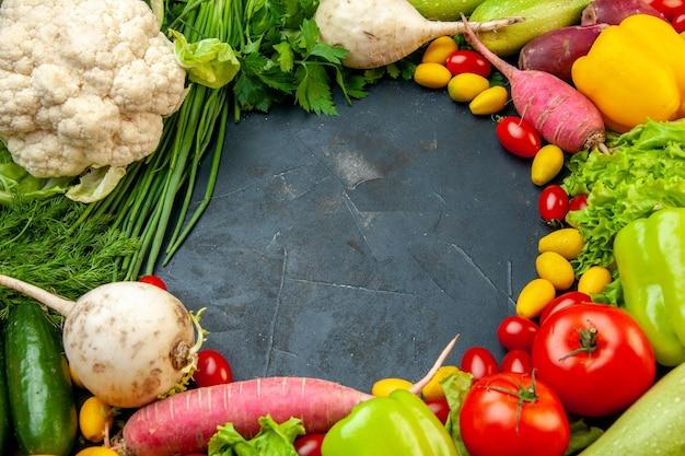Widok z dołu świeże warzywa pomidorki koktajlowe cumcuat kalafior rzodkiewka zielona cebula pietruszka ogórki papryka wolna przestrzeń