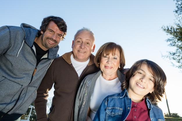 Widok z dołu szczęśliwej rodziny o zachodzie słońca