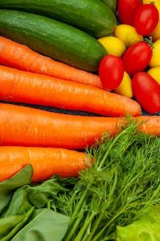 Widok z dołu warzywa marchew ogórki pomidorki koktajlowe cumcuat koperek