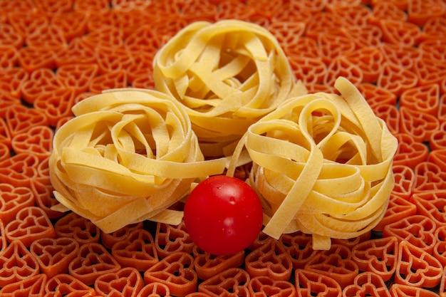 Widok z dołu włoski makaron tagliatelle cherry tomato w kształcie serca