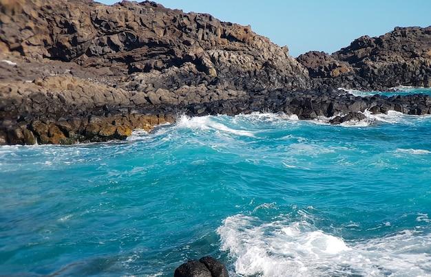 Widok z drona fal oceanu i skalistego wybrzeża, wyspy kanaryjskie