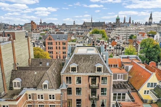 Widok z drona na dzielnicę mieszkalną z pięknymi budynkami