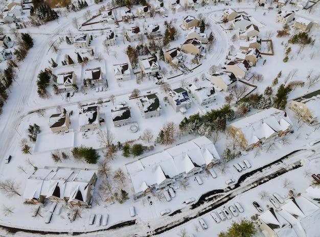 Widok z dużej wysokości na miasto z ośnieżonymi dachami domy mieszkalne w sąsiedztwie
