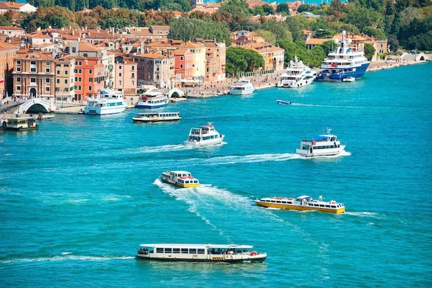 Widok z dzwonnicy campanile na łodziach i statkach w canal grande.