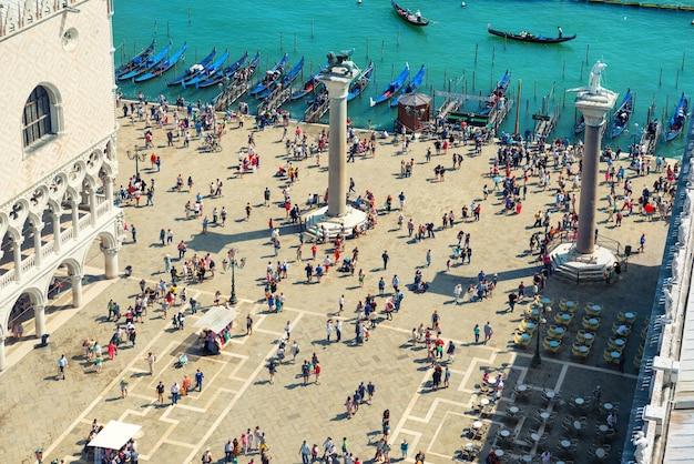 Widok z dzwonnicy na plac san marcus. tłum ludzi chodzących w mieście wenecji.