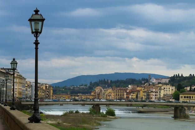 Widok z florencji, rzeka arno, włoska panorama, włochy