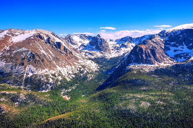Widok z forest canyon overlook w rocky mountains national park, kolorado, usa