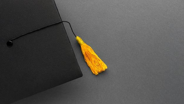 Widok z góry akademickiej czapki z miejscem na kopię