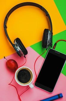 Widok z góry akcesoria biurko. słuchawki słuchawki na kolorowe tło