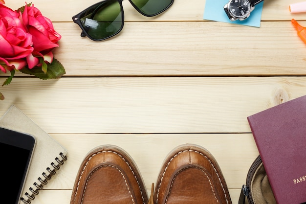 Widok z góry akcesoria podróży na stole drewniane z kopia miejsce. koncepcja podróży.