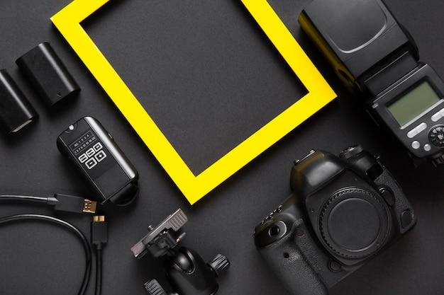 Widok z góry akcesoriów do aparatu i ramki