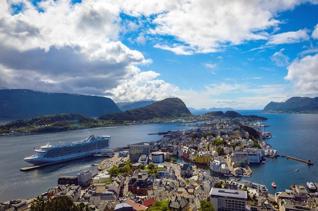 Widok z góry aksla w mieście alesund, norwegia