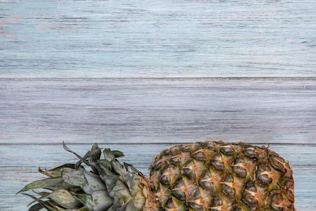 Widok z góry ananasa na powierzchni drewnianych