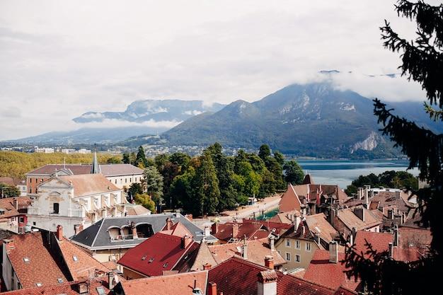 Widok z góry annecy, jezioro w oddali. dachy z dachówki, katedra. wysokiej jakości zdjęcie