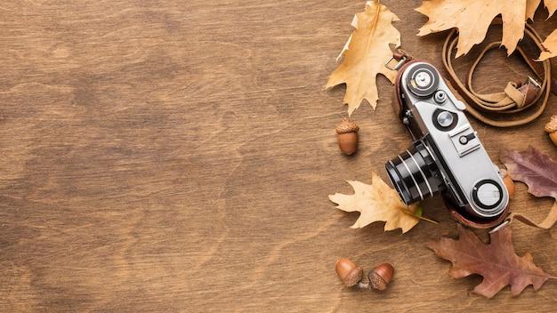 Widok z góry aparatu z jesiennych liści i miejsca na kopię