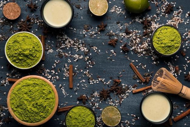 Widok z góry aranżacji sproszkowanej zielonej herbaty