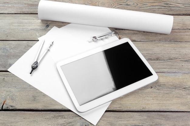 Widok z góry architekta pracy z papieru plan i cyfrowy tablet z pustym ekranem