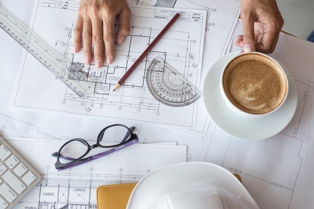 Widok z góry architekta rysunku na projekt architektoniczny, projektowanie ołówkiem na rysunkach miejskich. planowanie przestrzenne, plany architektoniczne