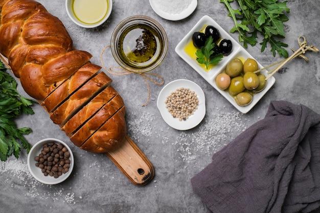 Widok z góry asortyment chleba i oliwek