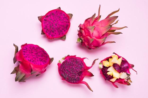 Widok z góry asortyment egzotycznych owoców na stole