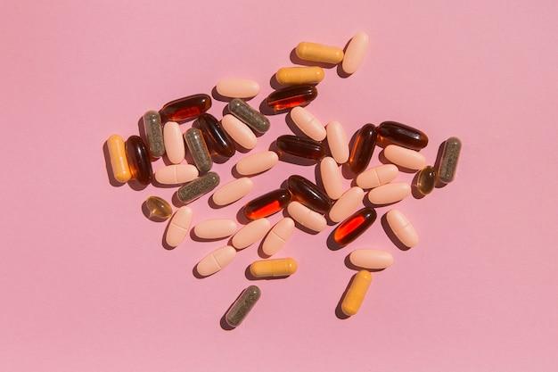Widok z góry asortyment leków na stole
