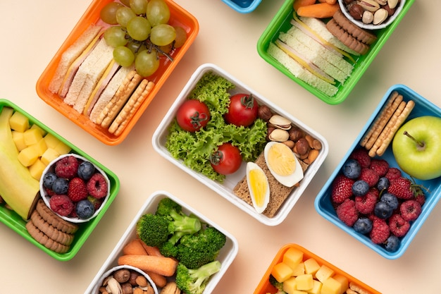 Widok z góry asortyment pudełek na lunch ze zdrową żywnością