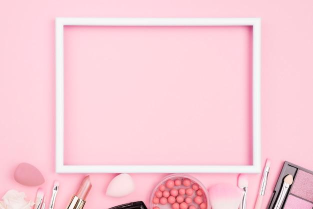Widok z góry asortyment różnych produktów kosmetycznych z pustą ramką