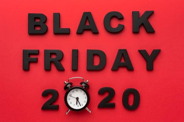 Widok z góry asortyment sprzedaży w czarny piątek na czerwonym tle