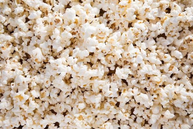 Widok z góry asortyment świeżego popcornu na stole