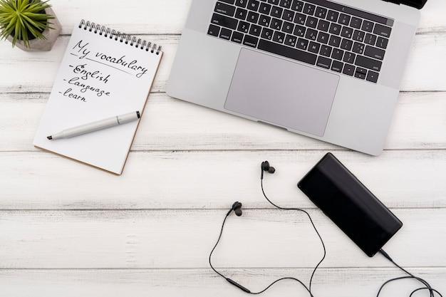 Widok z góry asortyment z laptopem i notebookiem