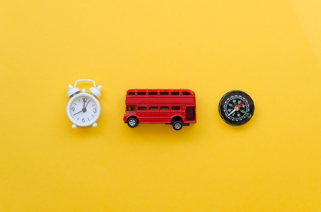 Widok z góry autobus zabawka z zegarem i kompas obok
