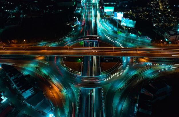 Widok z góry autostrady, ruch drogowy ważną infrastrukturą w tajlandii