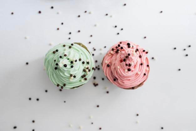 Widok z góry babeczki pastelowe kolor z kulkami czekolady