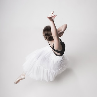 Widok z góry baleriny nastolatek na białym tle